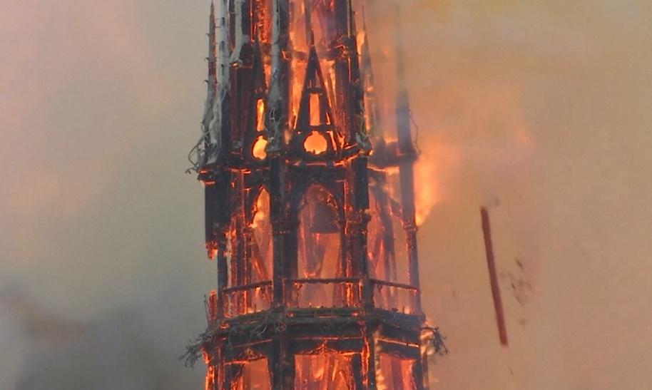 ノートルダム大聖堂火災の画像